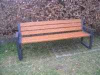 Parková nebo zahradní venkovní lavička CITYHALL s opěrkou ( Kovová konstrukce barva RAL 7016 (antracitová) + latí dřeva barva Teak)