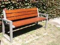 Parková nebo zahradní venkovní lavička CITYHALL s opěrkou ( Kovová konstrukce barva RAL 9006(Bílý hliník) + latí dřeva barva ořech)